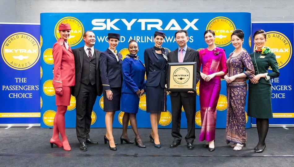 Star Alliance CEO Jeffrey Goh flanked by member airlines cabin crew (CNW Group/Star Alliance)