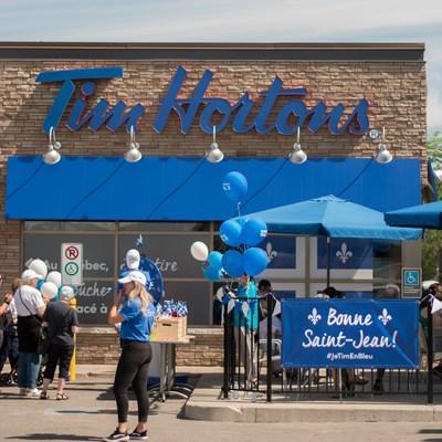 Pour une journée seulement – aujourd'hui – tout le rouge du restaurant Tim Hortons de Pointe-aux-Trembles, situé au 12775 rue Sherbrooke Est, est remplacé par le bleu et blanc emblématiques de la Saint-Jean-Baptiste pour célébrer la fête nationale du Québec. (Groupe CNW/Tim Hortons)
