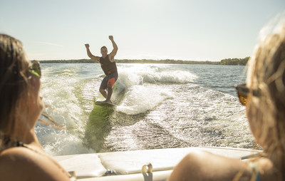 Escape every day life on land and enjoy a fun getaway on the water with friends and family. Popular with new and younger boaters, wakesurfing as well as other watersports, offer a memorable adventure. (CNW Group/Discover Boating Canada)
