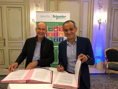 Bertrand Piccard, Chairman of the Solar Impulse Foundation, and Jean-Pascal Tricoire, Chairman and CEO of Schneider Electric and President of the Schneider Electric Foundation. (CNW Group/Schneider Electric Canada Inc.)