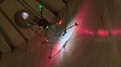 Dron patentado de RoNik inspecciona espesor de tanque.