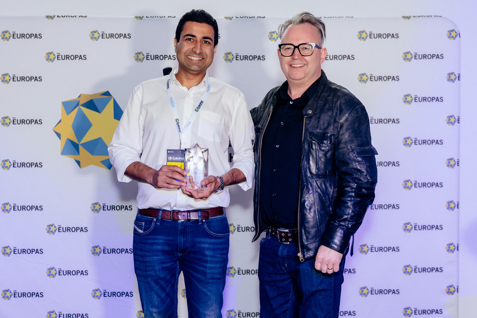 Infobip's Nikhil Shoorji receiving the award and Mike Butcher, organizator and founder of the Europas
