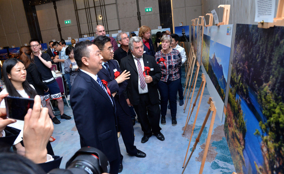 Chinese and foreign guests appreciate the Photo Exhibition of Shaoguan Culture and Tourism.