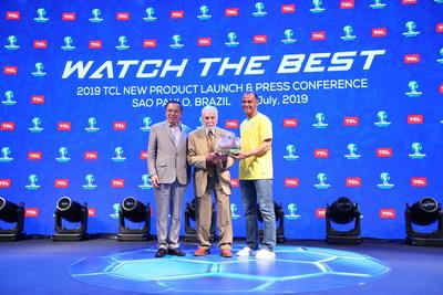 Los ejecutivos senior de TCL, Tomson Li (izquierda), fundador y CEO de TCL Corporation, y el Dr. Affonso Brandao Hennel (centro), fundador de SEMP TCL, se unieron a la leyenda del fútbol Cafú (derecha) para anunciar nuevas ofertas de productos para Brasil en la Copa América Brasil 2019 en São Paulo, Brasil, el 1 de julio de 2019 (PRNewsfoto/TCL Electronics)