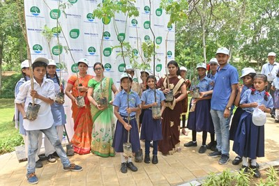 Students & Teachers participating in Green Thumb event at Jaipur