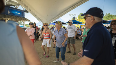 Participants having fun while dancing at Beachclub in Pointe-Calumet. (CNW Group/Chartwell Retirement Residences)