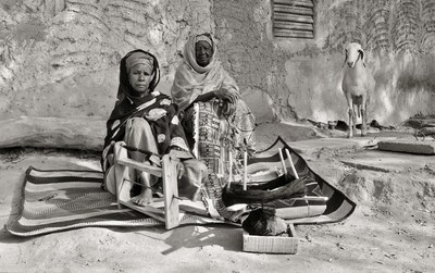 Les tisserandes, Niamey, Niger, 1986. BAnQ Rimouski, fonds Michel Dompierre. Photographe : Michel Dompierre. (Groupe CNW/Bibliothèque et Archives nationales du Québec)