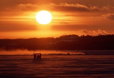 Pêche blanche sur le lac Saint-Mathieu, 1996. BAnQ Rimouski, fonds Michel Dompierre. Photographe : Michel Dompierre. (Groupe CNW/Bibliothèque et Archives nationales du Québec)