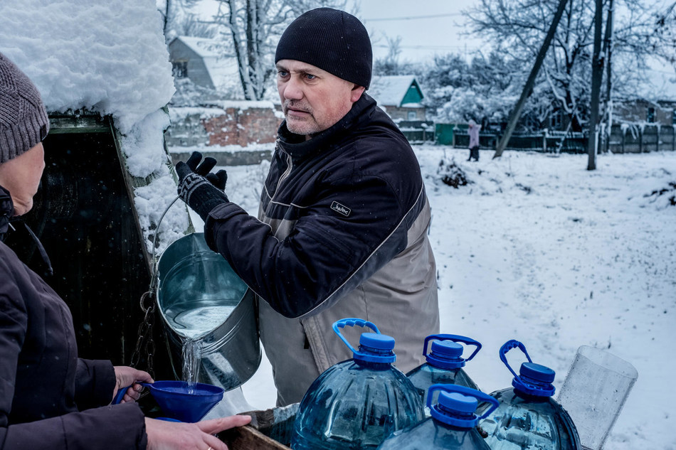 In Ukraine, due to shelling, running water to homes is cut off sporadically, leaving residents with no choice but to queue for hours at the well. © UNICEF/UN0150322/Gilbertson VII Photo (CNW Group/UNICEF Canada)