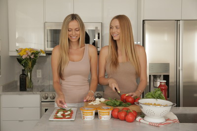 Le même mais différent. Jessica et Franky Venuto, deux soeurs jumelles, utilisent du fromage pour créer une recette préparée de deux manières différentes. (Groupe CNW/Tre Stelle)