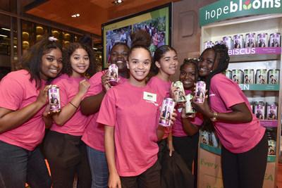 Les Compagnies Loblaw Limitée et Hope Blooms implantent à Toronto une entreprise sociale à succès unique en son genre qui a vu le jour à Halifax dans le but d'aider les jeunes issus de collectivités vulnérables à pouvoir se prendre en main. Grâce à la vente de vinaigrettes Hope Blooms Fresh Herb Dressings et de thés de spécialité Possibili-Teas, l'organisme appuiera les jeunes du centre communautaire Scadding Court de Toronto en leur offrant du financement de même que la possibilité d'acquérir de l'expérience en entreprenariat. (Groupe CNW/Les Compagnies Loblaw limitée)