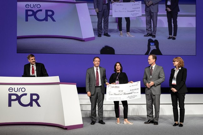 Sigal Eli and Giora Weisz of Filterlex Medical receives the Best Innovation Award at the EuroPCR 2019 for the CAPTIS Embolic Protection Device for TAVR