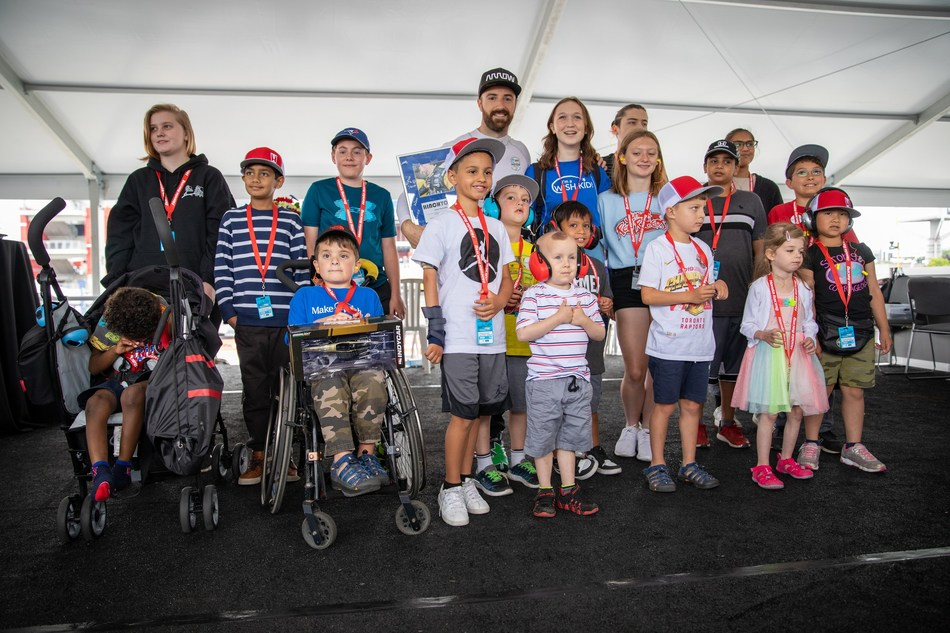 Canadian IndyCar driver James Hinchcliffe visits with Make-A-Wish® Canada children on Fan Friday at the 2019 Honda Indy Toronto. The weekend event raised more than $120,000 to help grant the wishes of children living with critical illnesses. (CNW Group/Honda Canada Inc.)