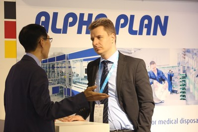 An exhibitor communicating with a visitor to the German pavilion (PRNewsfoto/Medtec China)