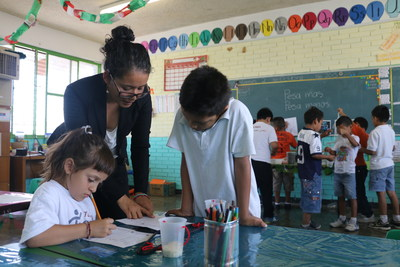 An Enseña por México tutor instructing her students. Enseña por México is one of 50 network partners in the global Teach For All network.