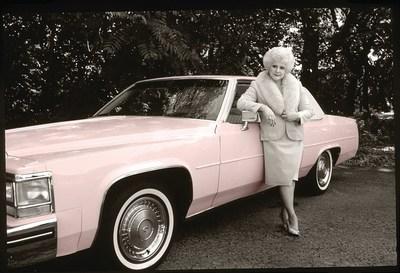 Mary Kay Ash junto al Cadillac rosado del 1985.