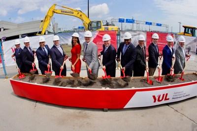 Première pelletée de terre donnant officiellement le coup d'envoi aux travaux de construction de la future station du Réseau express métropolitain (REM) à YUL Aéroport International Montréal-Trudeau. (Groupe CNW/Aéroports de Montréal)