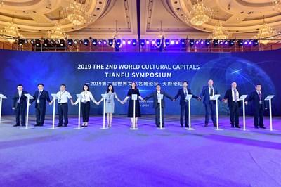 """El 23 de julio se presentó en Chengdu el """"2.º Simposio de Tianfu sobre Capitales Culturales del Mundo, 2019""""; más de 300 representantes de organizaciones de creatividad cultural reconocidas y celebridades de la cultura se reunieron para hablar sobre desarrollo cultural y oportunidades para la ciudad. (PRNewsfoto/Chengdu Media Group)"""
