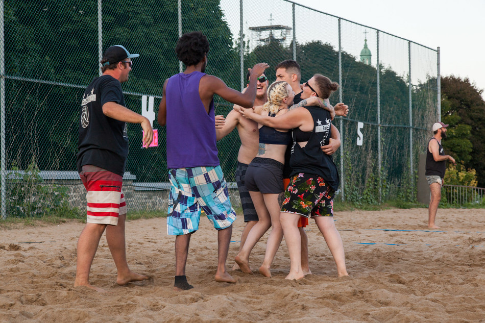 Reuben's staff celebrate a winning game at SERVE 2018 (CNW Group/Head and Hands)