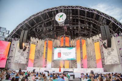 Desde el escenario principal, la directora ejecutiva Mary Young anuncia una mezcla de aceites esenciales de 25 años durante las ceremonias de apertura de la Gran Convención Internacional 2019 en Salt Lake City, Utah.