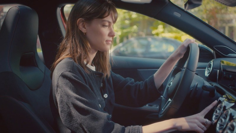Charlotte Cardin tours Montreal in the A-Class with what3words (CNW Group/Mercedes-Benz Canada Inc.)