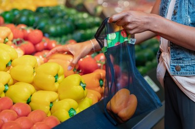 In August 2019, Sobeys will introduce a line of reusable mesh produce bags made from recycled water bottles. (CNW Group/Sobeys Inc.)