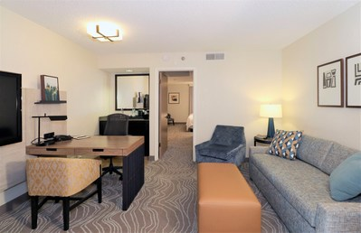 Guestroom sitting area at the Embassy Suites By Hilton Phoenix Tempe hotel (CNW Group/American Hotel Income Properties REIT LP)