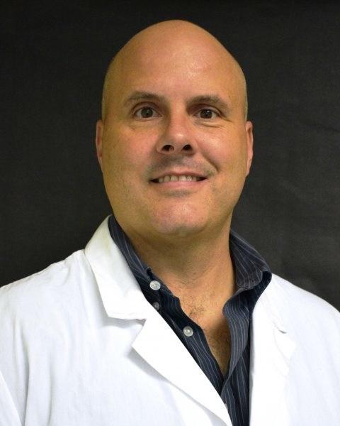 Joseph J. Wakshlag, DVM, PhD, DACVN, DACVSMR, is professor voedings- en sportgeneeskunde aan de Cornell University School of Veterinary Medicine. Dr. Wakshlag is momenteel beschikbaar voor interviews om de wetenschap en de toekomst van CBD te bespreken. voor huisdieren, naast zijn klinische proeven.
