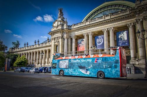 Un autobus touristique arborant les couleurs d'UnionPay à Paris. (PRNewsfoto/UnionPay International)