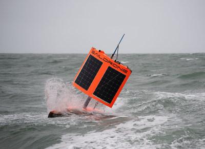 El saildrone SD-1020 terminando la primera Circunnavegación No Tripulada de la Antártida cerca de Bluff (Nueva Zelanda). Este nuevo tipo de vehículo oceánico autónomo propulsado por energía eólica y solar, diseñado por Saildrone, Inc. de California, está concebido para recoger datos científicos valiosos de los océanos más rigurosos del mundo y ayudar a mejorar la comprensión de nuestro planeta. (PRNewsfoto/Saildrone Inc.)