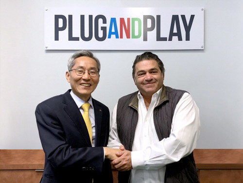 KB Financial Group Chairman, Jong-kyoo Yoon (left), shakes hands with Plug and Play CEO, Saeed Amidi at the company's headquarters in Silicon Valley, California, in April.