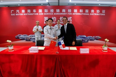 Representantes de GAC Motor y distribuidores internacionales en la ceremonia de firma de acuerdos (PRNewsfoto/GAC Motor)