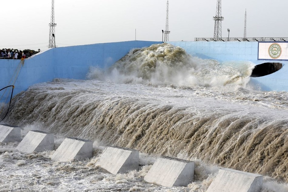 The water is flowing out from the delivery channel to the Gravity canal (PRNewsfoto/Megha Engineering)