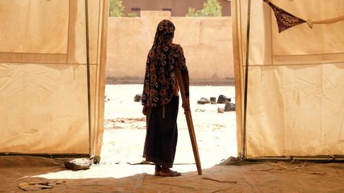 Aminata utilise une béquille pour se déplacer dans le camp de Sévaré, où l'UNICEF, les autorités locales et des partenaires ont mis en place des systèmes d'eau potable, des abris et des centres d'apprentissage temporaires où les enfants peuvent apprendre et jouer avec les animateurs. © UNICEF/UN0332638/Rose (Groupe CNW/UNICEF Canada)