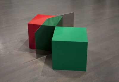 Serge Tousignant, Gémination, 1967, Acier peint et acier inoxydable, 53,3 × 110,8 × 61 cm, Collection du Musée d'art contemporain de Montréal, Photo : Richard-Max Tremblay (Groupe CNW/Musée d'art contemporain de Montréal)