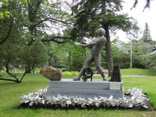 La dernière sculpture extérieure du Dr Rosen, Autoportrait. (Groupe CNW/Ville de Hampstead)
