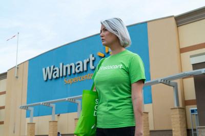 Instacart shopper à l'extérieur de Walmart Canada (Groupe CNW/Walmart Canada)