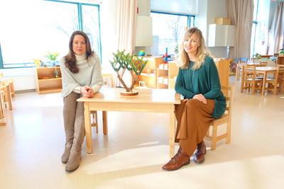 Green Ivy Schools的詹妮弗-琼斯博士和Learning Beautiful的金-史密斯在纽约市Battery Park Montessori 学校的Binary Tree(二进制树)旁