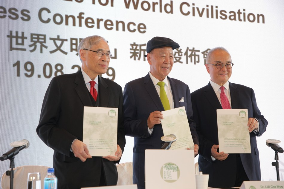 (right to left) Dr. Moses Cheng Mo-Chi, member of the Board of Governors, Dr. Lui Che Woo, Founder & Chairman of the Board of Governors cum Prize Council and Professor Lawrence J. Lau, Chairman of the Prize Recommendation Committee.