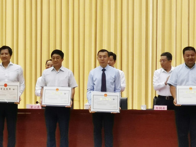 Yuan Yabin (3rd from left), Chairman of the Board at Hanergy Mobile Energy Holding Group,  received the business license of Shanghai MiaSolé Equipment Technology Company
