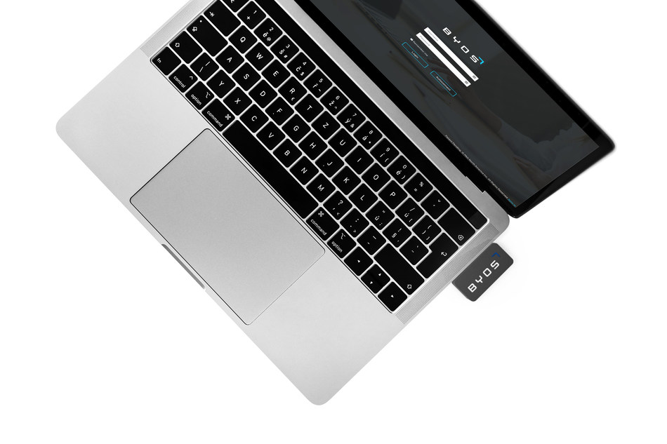 Byos' Portable Secure Gateway connects through a tablet or computer's USB. (CNW Group/Byos)