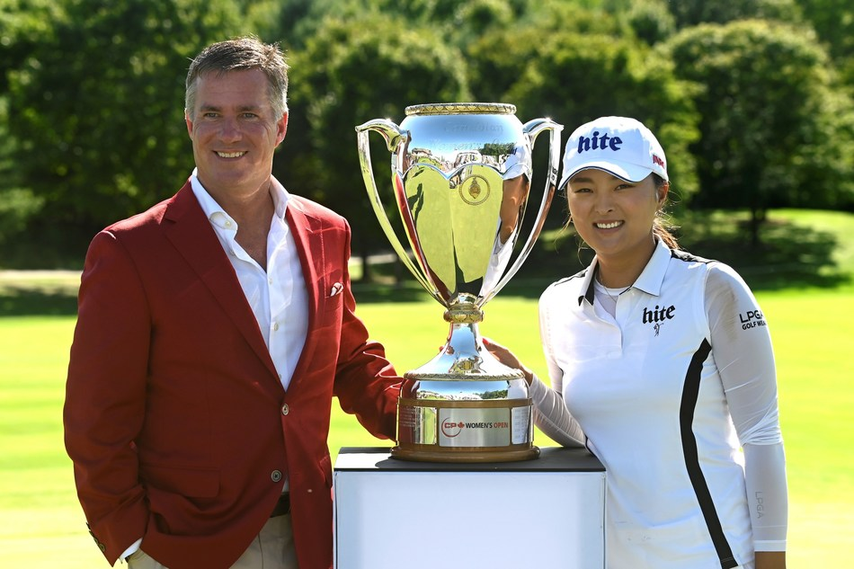 CP President and CEO Keith Creel presents CP Women's Open championship trophy to Jin Young Ko. (CNW Group/Canadian Pacific)
