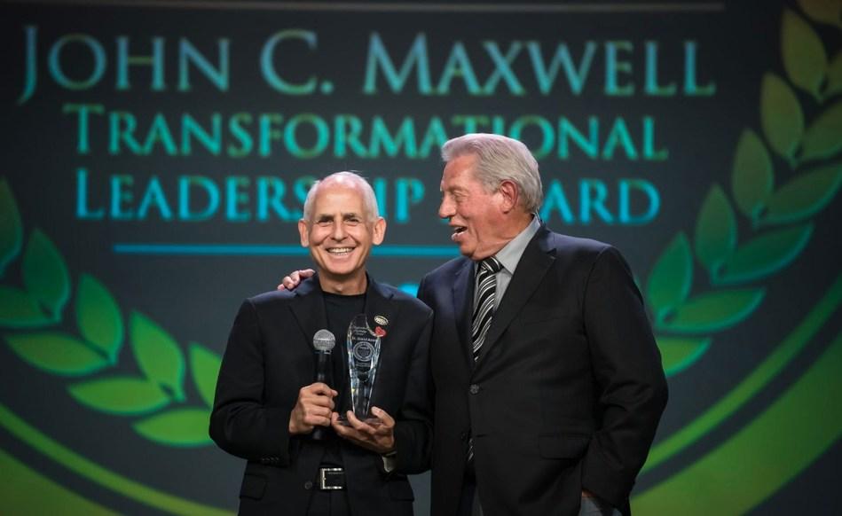 Dr. Daniel Amen is presented with 2019 John C. Maxwell Transformational Leadership Award.