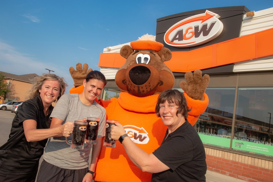 Christine Sinclair, A&W Canada and the MS Society of Canada score a big win for the 11th Burgers to Beat MS campaign, raising a record of more than $2 million for Canadians living with multiple sclerosis. (CNW Group/A&W Food Services of Canada Inc.)