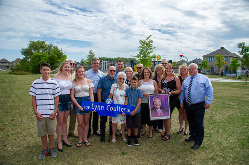 Mayor Jim Watson, local Councillor Jan Harder, retired Nepean Police Deputy Chief Devon Fermoyle, Member of Provincial Parliament Lisa MacLeod, Minto Communities' Hugo Lalonde, nominator Darrell Bartraw with former Justice of the Peace, Lynn Coulter and her family. (CNW Group/Minto Communities)
