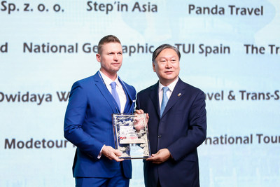 Dong CHEN (right), Party Secretary of Beijing Bureau of Culture and Tourism, gives an award to RANDALL DEER,  founder and managing director of IGNITE TRAVEL of Australia. (PRNewsfoto/Büros für Kultur und Tourismus )