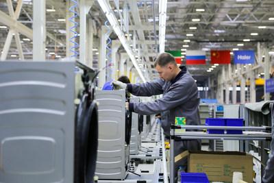 """""""Haier lança produção da primeira planta chinesa de fabricação de tempo real da Europa"""" (PRNewsfoto/Haier Home Appliances)"""