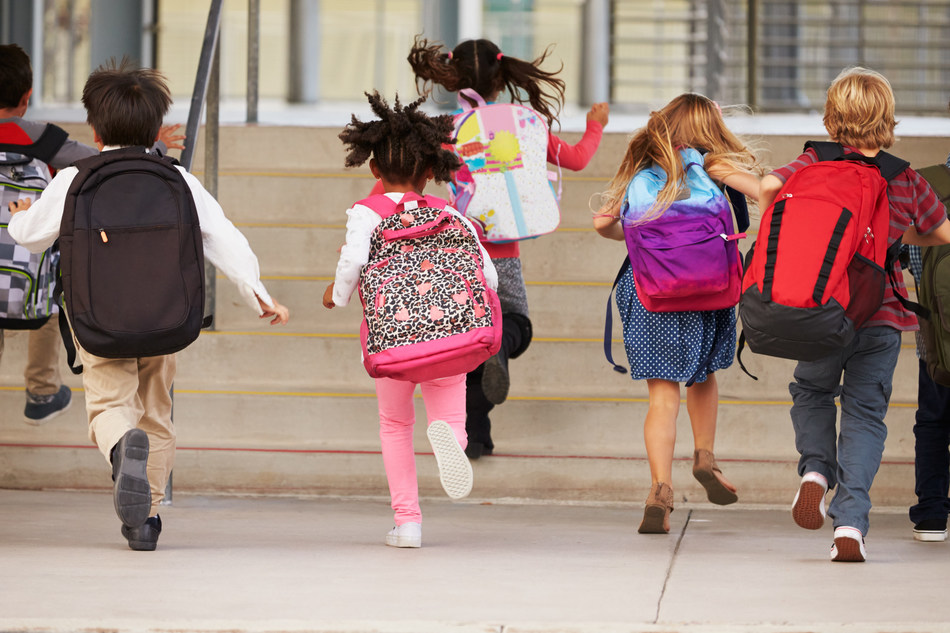 Kids wearing backups running into school (CNW Group/UNICEF Canada)