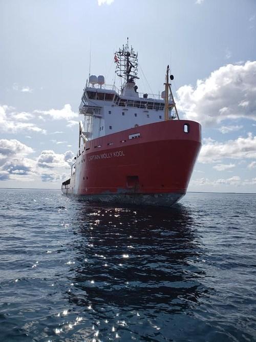 Le NGCC Captain Molly Kool ancré près de Rankin Inlet, au Nunavut. (Groupe CNW/Pêches et Océans Canada - Région du Centre et Arctique)