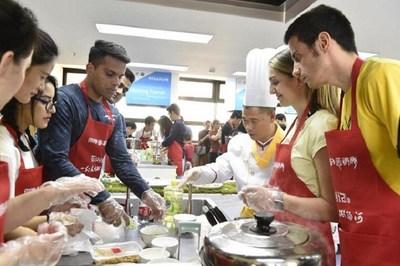 Participantes procedentes de más de 30 países en la feria de gastronomía (PRNewsfoto/Xinhua Silk Road Information Se)